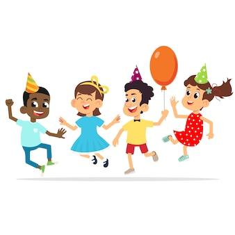 Los niños en la fiesta de cumpleaños están felices saltando y felicitando.