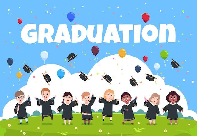 Niños graduados celebrando