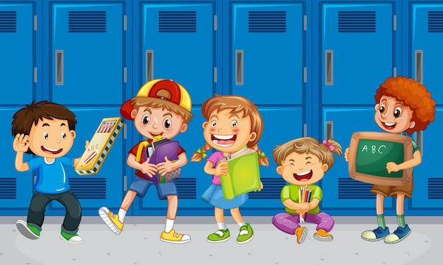 Niños hablando con sus amigos con casilleros escolares.