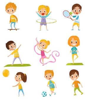 Niños haciendo diferentes tipos de deporte conjunto, skate, tenis, gimnasia, yoga, baloncesto, fútbol ilustraciones sobre un fondo blanco.