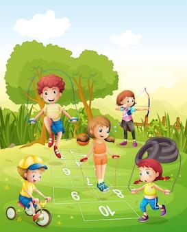 Niños haciendo ejercicio en el jardín.