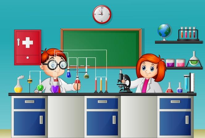Niños haciendo experimento en el laboratorio