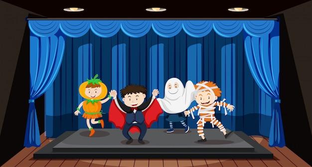 Niños haciendo juego de roles en el escenario