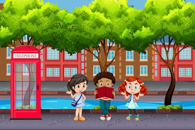 Niños internacionales en ciudad urbana.