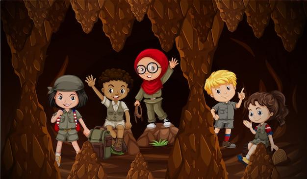 Niños internacionales explorando la cueva
