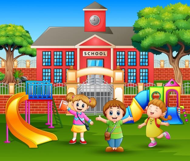 Niños de jardín de infantes felices jugando en el patio de recreo