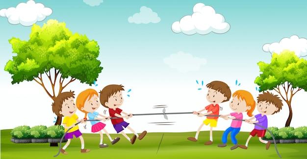 Los niños juegan al tira y afloja en el parque.