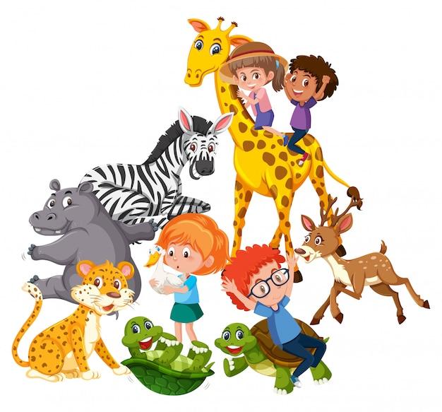 Los niños juegan con animales salvajes.