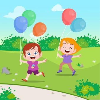 Los niños juegan globo en la ilustración vectorial de jardín