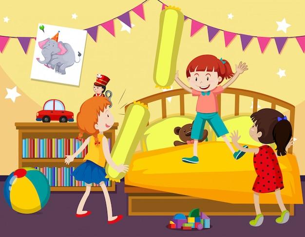 Los niños juegan pelea de almohadas en el dormitorio