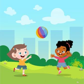 Los niños juegan a la pelota en la ilustración vectorial de jardín