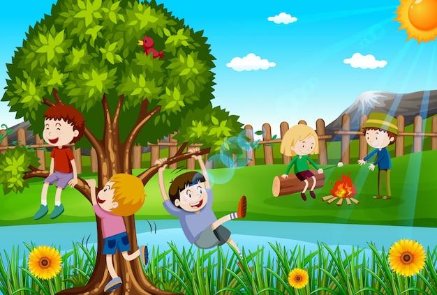 Niños jugando y acampando en el parque.