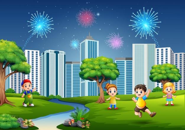 Niños jugando al aire libre con paisaje urbano y fuegos artificiales.