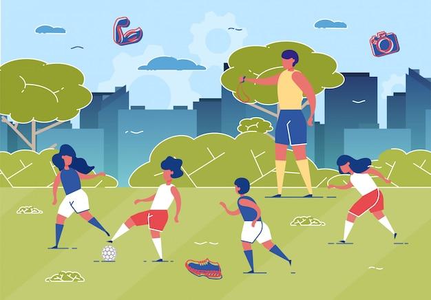 Niños jugando al fútbol en campo con pelota