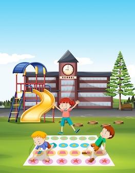 Niños jugando al tornado en el césped de la escuela.