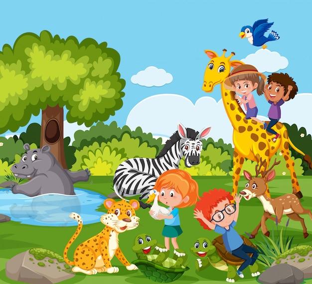 Niños jugando con animales salvajes.