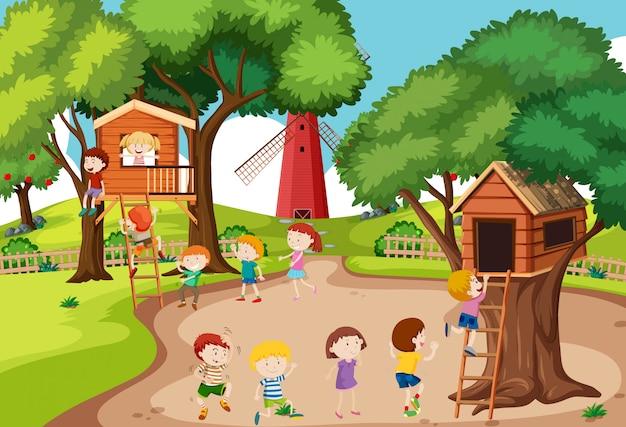 Niños jugando en la casa del árbol
