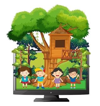 Niños jugando en la casa del árbol.