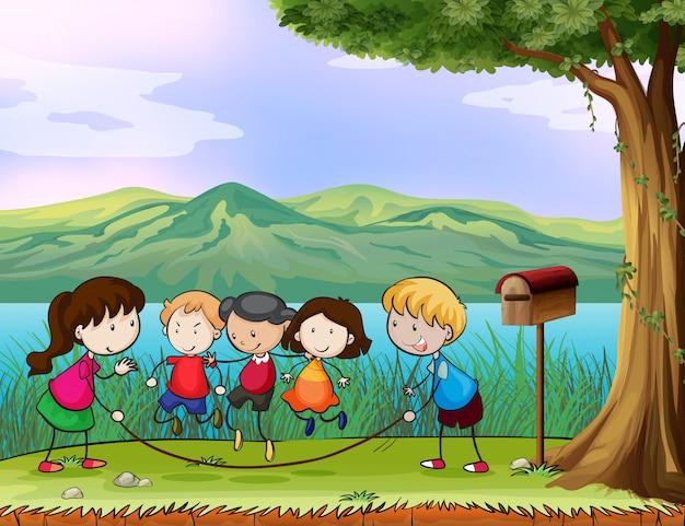Niños jugando cerca del buzón de madera