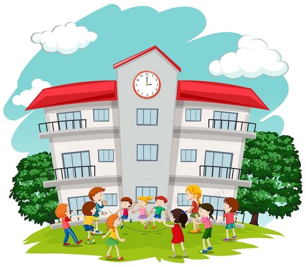 Niños jugando frente a la escuela