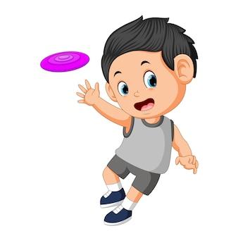 Niños jugando con frisbee