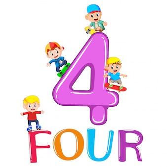 Niños jugando con gran numero cuatro.