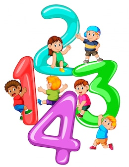 Niños jugando con gran numero uno a cuatro.