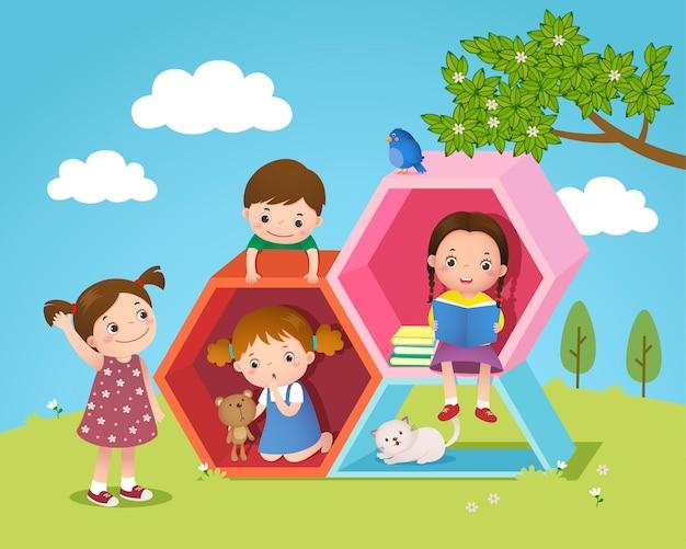 Niños jugando y leyendo con forma hexagonal en el patio.