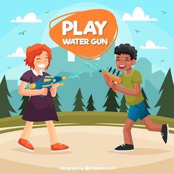 Niños jugando en el parque con pistolas de agua de plástico