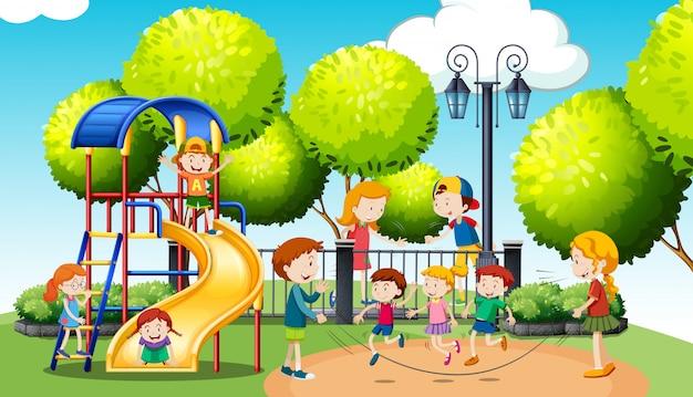 Niños jugando en el parque público.