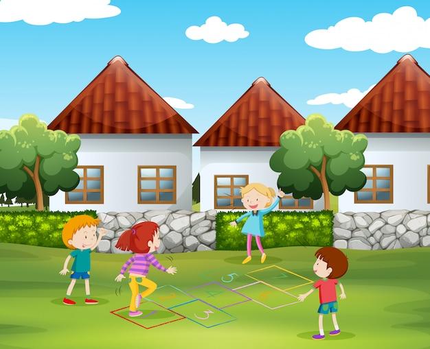 Niños jugando a la rayuela en el patio.