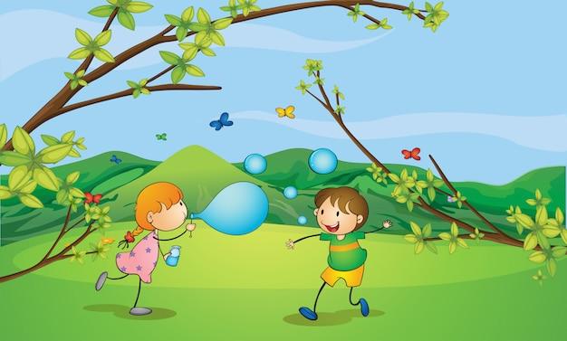 Niños jugando a soplar burbujas