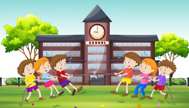 Niños jugando tira y afloja en la escuela