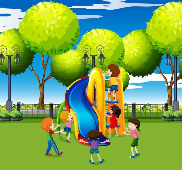 Niños jugando en tobogán en el parque
