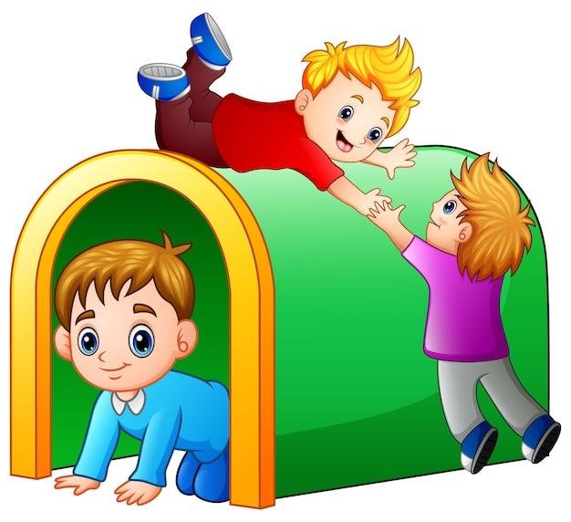 Niños jugando en el túnel de juegos