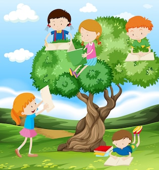 Niños leyendo y escribiendo en el parque.