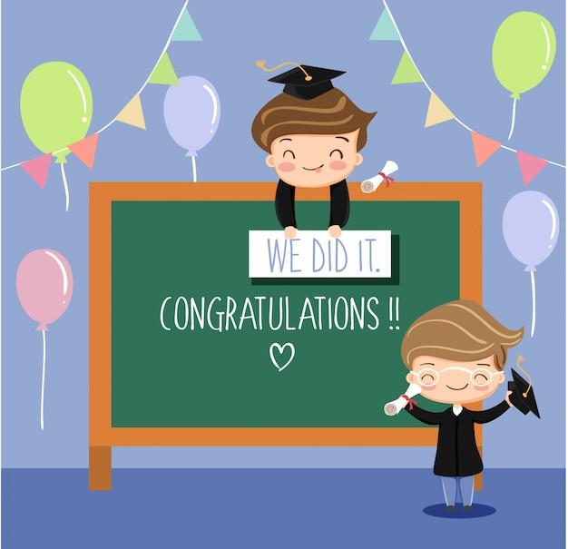 Niños lindos celebrando graduados de la escuela