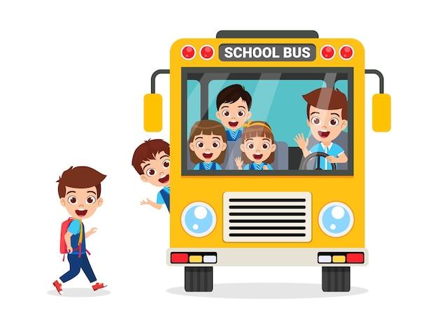 Niños lindos felices y autobús escolar yendo a la escuela aislado en blanco