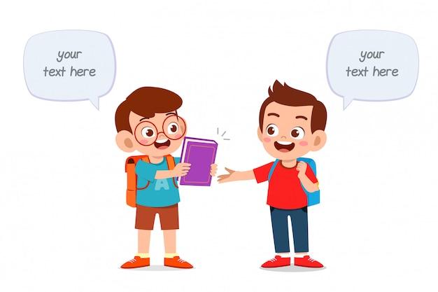 Niños lindos felices estudiando juntos