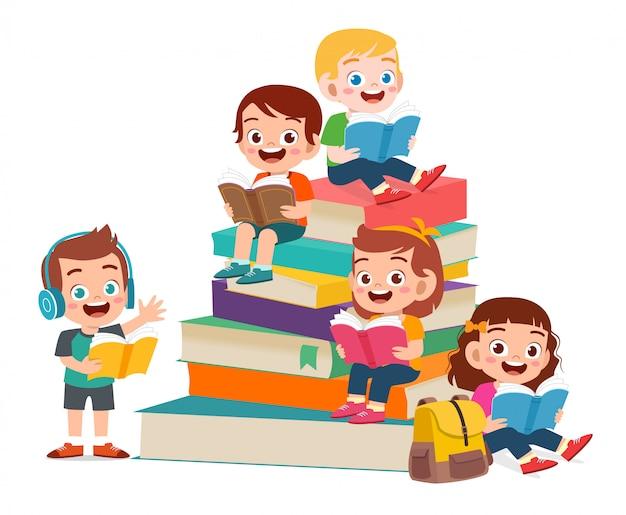 Los niños lindos felices niño y niña leen el libro juntos
