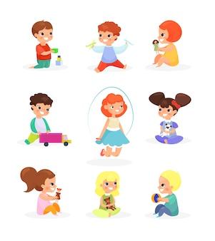 Niños lindos jugando con juguetes, muñecas, saltando, sonriendo.