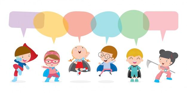 Niños lindos superhéroes con burbujas de discurso