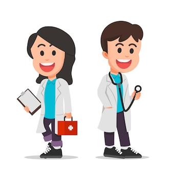 Niños lindos con uniformes de médico y sosteniendo sus accesorios