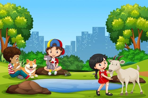 Niños y mascotas en el parque.
