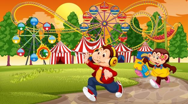 Niños mono y escena del parque de atracciones