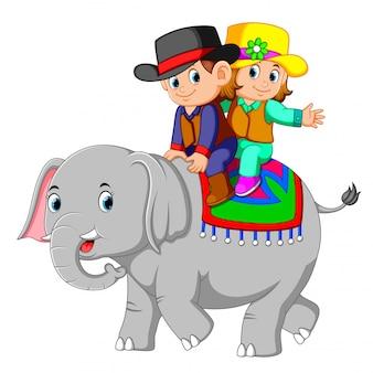 Los niños montan lindos elefantes alegremente