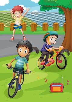 Niños montando bicicleta y haciendo ejercicio en el parque.