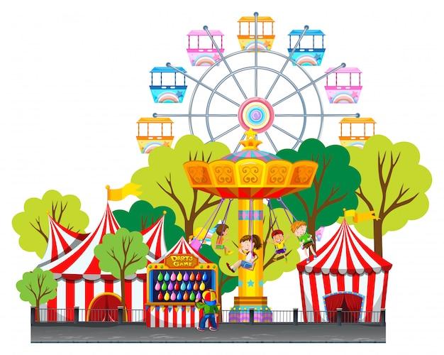 Niños montando en columpio en el parque de diversiones