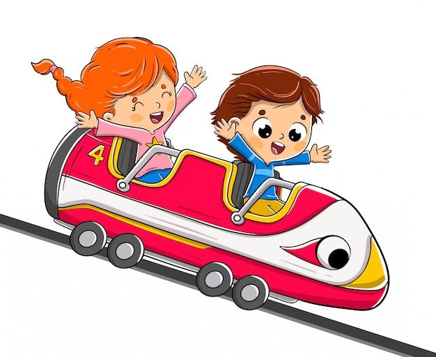 Niños montando una montaña rusa divirtiéndose