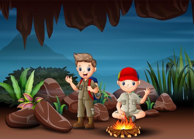 Los niños multiculturales acampando en cueva